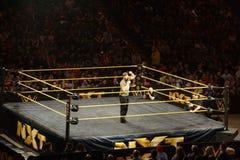 当他谈话入话筒, NXT格斗瑟米Zayn加大人群 库存照片