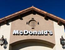 当代麦克唐纳餐馆外部 免版税库存照片