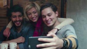 录影拜访的电话 使用手机的愉快的朋友在咖啡馆 影视素材