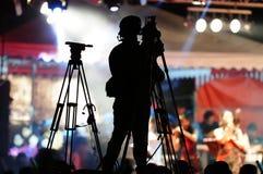 录影摄影师的剪影。 库存图片