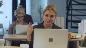 录影电话facetime聊天的通信在moder办公室 免版税图库摄影