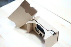 360录影的纸板VR观察者 免版税库存图片