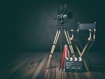 录影,电影,戏院概念 减速火箭的照相机、clapperboard和主任椅子 3d 库存例证