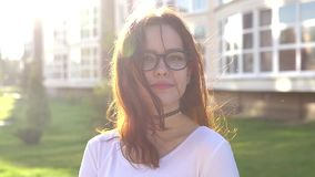 录影画象十几岁的女孩佩带的玻璃看看照相机微笑展示括号 股票视频