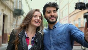 录影blogging 结合在照相机的录音Vlog在城市街道 股票视频