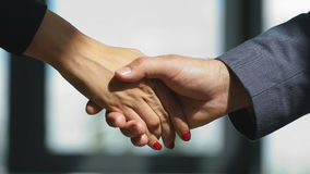 录影businessmans握手 在好成交以后的成功的商人握手 股票视频