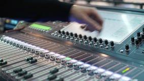 录音师工作在事件 DJ在迪斯科工作 手按触摸屏幕 影视素材