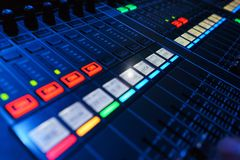 录音师的现代合理的混合的控制台,当工作在事件时 免版税库存照片