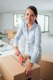 录音纸板箱的女实业家 库存图片