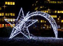 以彗星的形式发光的圣诞节街道装饰做了o 免版税图库摄影