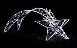 以彗星的形式发光的圣诞节街道装饰做了o 免版税库存图片