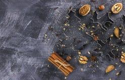 形式和成份圣诞节曲奇饼的反对一黑暗的backg 免版税库存照片