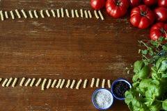 形成一个框架用蕃茄和草本的面团 免版税图库摄影