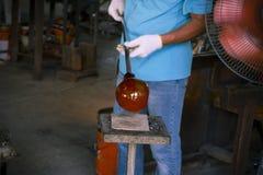 形成一块热的玻璃的未认出的人在Ryukyu玻璃村庄 免版税图库摄影