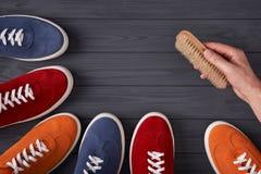 形成与拷贝空间的五颜六色的绒面革运动鞋一个框架,在灰色木板条 免版税库存图片