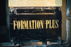 形成加上,与金黄信件的更多训练标志 图库摄影