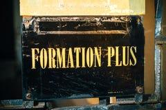 形成加上,与金黄信件的更多训练标志 免版税库存图片
