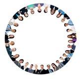 形成圈子的多种族商人 免版税库存照片