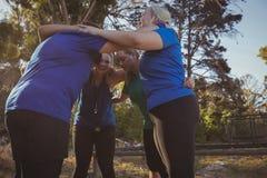 形成在新兵训练所的小组妇女杂乱的一团 库存照片