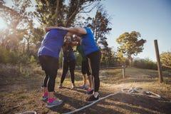 形成在新兵训练所的小组妇女杂乱的一团 免版税库存照片