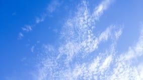 形成在框架的蓝天右边的坚实Clounds 清楚的蓝天和云彩 厚实的云彩和明亮的蓝天 免版税库存照片