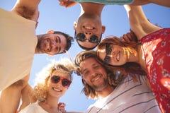 形成在海滩的小组朋友杂乱的一团 库存照片