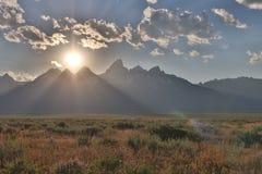 形成在盛大Tetons的剧烈的日落 库存图片