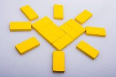 形成太阳形状的五颜六色的多米诺pices 库存图片