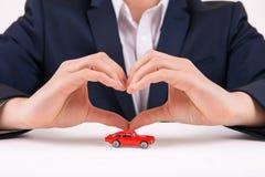 形成心脏形状用他的手的人 免版税库存图片