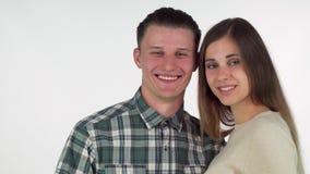 形成心脏用他们的手的愉快的年轻夫妇,快乐地微笑 影视素材