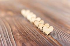 形成旁边边界的木心脏在一个土气木背景情人节 库存图片