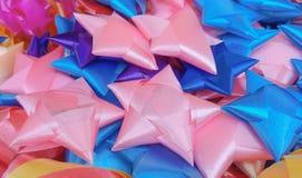 形成星和花的五颜六色的丝带 免版税库存图片