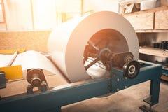 形成机器的金属板的工业被镀锌的钢卷卷在金属制品工厂车间,阳光 免版税图库摄影
