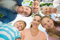 形成杂乱的一团的大家庭在公园 库存照片