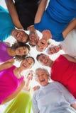 形成杂乱的一团的快乐的人民在健身房 图库摄影
