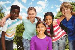 形成杂乱的一团的愉快的孩子在公园 免版税库存图片