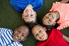 形成杂乱的一团的愉快的孩子大角度画象  免版税库存图片