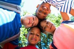 形成杂乱的一团的愉快的孩子画象  免版税库存图片