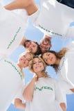形成杂乱的一团的愉快的志愿者反对蓝天 免版税库存图片