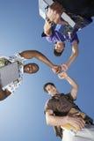 形成杂乱的一团的男性大学生 免版税库存照片