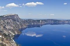 形成湖俄勒冈外缘的破火山口火山口 免版税库存照片