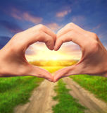 形成爱符号的人力现有量 免版税图库摄影
