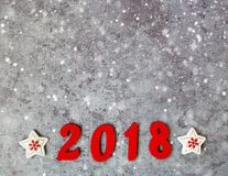 形成第2018年,新年和雪的木数字在灰色具体背景 免版税图库摄影