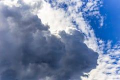形成纹理和层数的云彩 免版税库存图片