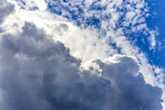 形成纹理和层数的多云天空 免版税库存照片