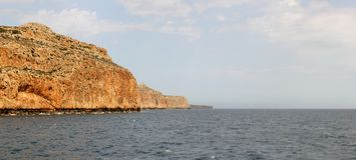 形成美丽如画温暖南的岩石,舒展入距离小瀑布 库存照片