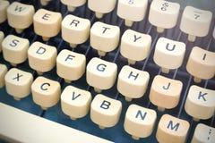 形成背景的葡萄酒老控制台打字机键盘对角行 免版税库存照片