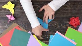 形成蓝色origami起重机的手 股票视频