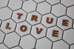 形成词的信件配齐在六角形被塑造的瓦片的爱 库存照片