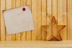 形成面团入圣诞节星 免版税库存图片